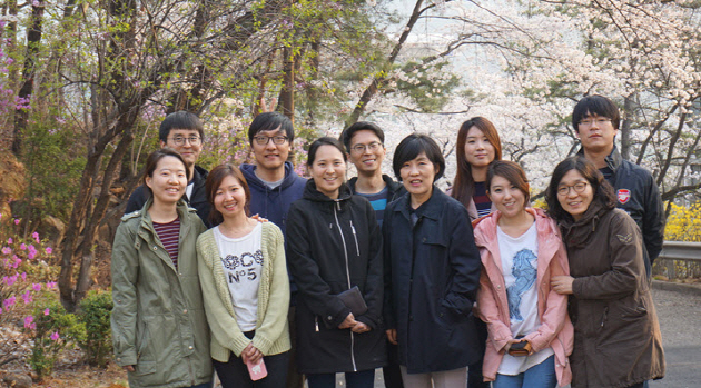 Professor LEE Ho Young at the center and her lab members