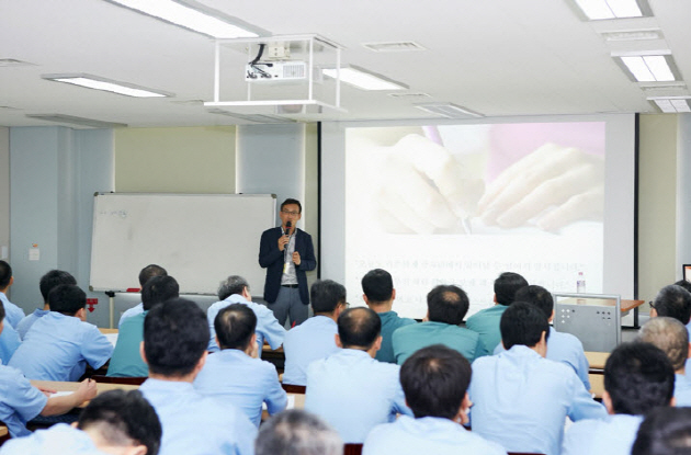 Professor CHOI Inn Cheol, Director of SNU Center for Happiness Studies, is teaching prisoners in a jail.