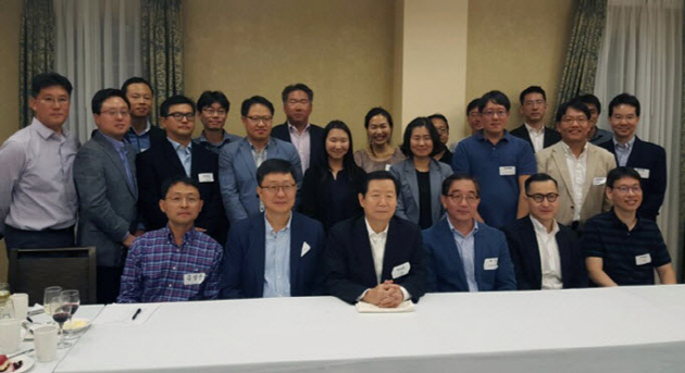 President SUNG Nak-in (third from left in the front row) visited SNU members working in the Silicon Valley.