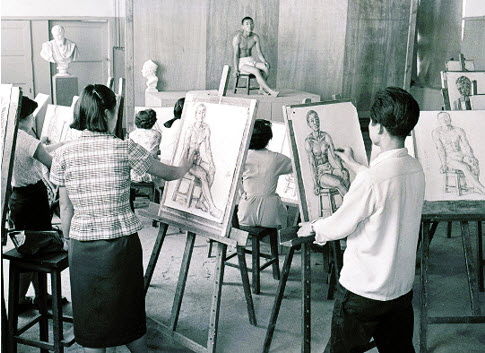 "Students drawing a figure model during class. While some photos in the exhibition display renowned Korean artists, other photos capture ordinary moments of ordinary individuals whose names are unknown. SNU MoA believes that ""it is also meaningful to trace images of individuals who gave up on becoming famous artists due to harsh social circumstances or for personal reasons."""