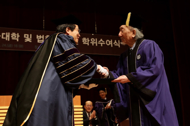 CHOI In-hun receives his honorary degree from the dean of law