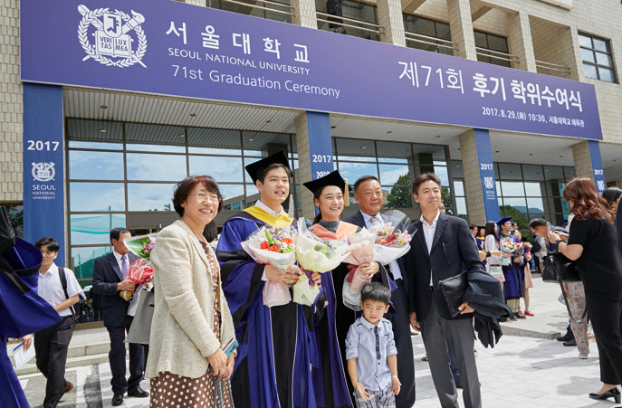 A graduating student and his family