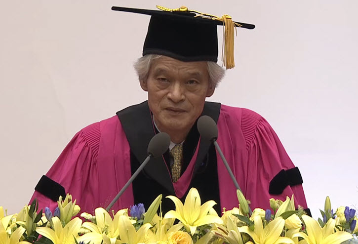 Professor SONG Ho Keun is giving his speech at SNU's 71st graduation ceremony