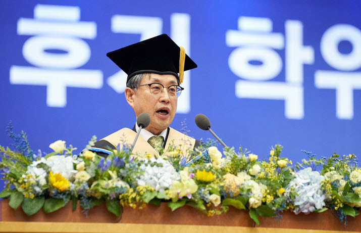cting President Park Chan-wook is giving his congratulatory speech at the 72nd summer graduation ceremony