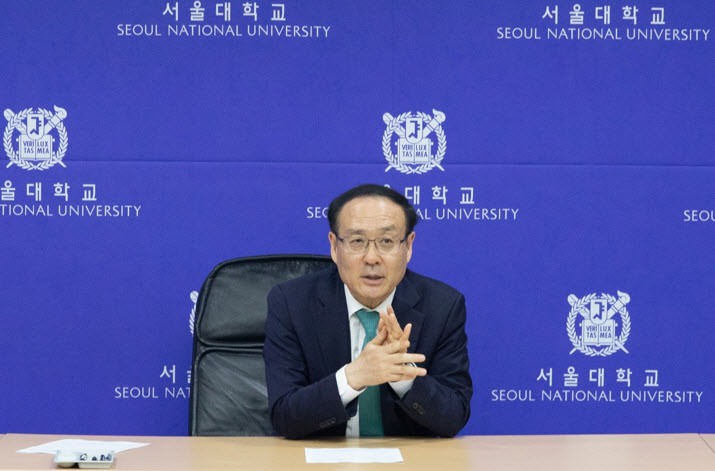 President Oh Se-Jung interviews with media