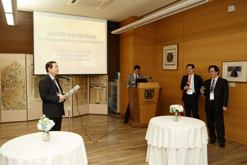 President SUNG is giving a speech at the year-end party with foreign faculty members