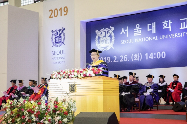 President Oh Se-Jung gives a speech at the 73rd winter graduation ceremony